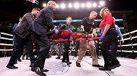 Americký boxer Patrick Day opustil ring na nosítkách.