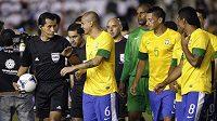 Brazilec Fabio Santos (druhý zleva) promlouvá k chilskému rozhodčímu Enrique Ossesovi během výpadku osvětlení na stadiónu v Resistencii.