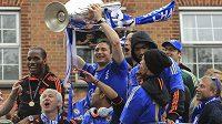 Triumfální jízdu Londýnem si s fotbalisty Chelsea užil v otevřeném autobusu i vlastník klubu Roman Abramovič (zcela vpravo)