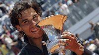 Španělský tenista Rafael Nadal s trofejí za triumf na turnaji v Římě