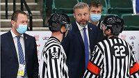Trenér české hokejové reprezentace do 18 let Jakub Petr debatuje s rozhodčími během utkání MS proti Finsku.