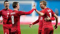 Čeští záložníci Jaromír Zmrhal (vlevo) a Antonín Barák se radují z gólu proti Dánsku.