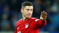 Kanonýr Bayernu Mnichov Robert Lewandowski gestikuluje během utkání proti Hoffenheimu.