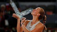Petra Kvitová s trofejí pro vítězku turnaje v Madridu.