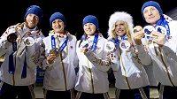 Čeští medailisté zleva Jaroslav Soukup, Martina Sáblíková, Veronika Vítková, Gabriela Soukalová a Ondřej Moravec při slavnostním ceremoniálu.