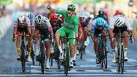 Sam Bennett slaví triumf v závěrečné etapě Tour, jímž pojistil zelený trikot pro vítěze bodovací soutěže.