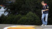 Pilot formule 1 Sebastian Vettel si prohlíží jednu ze zatáček na okruhu ve Spa.