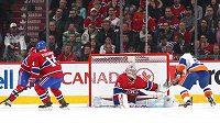 Zákrok gólmana Canadiens Careyho Price proti pokusu Kyla Okposa (21) z NY Islanders. Vlevo přihlíží Tomáš Plekanec (14).
