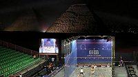 Squashový kurt je opět u pyramid v Gize. Ženy tam hrají mistrovství světa, ve hře jsou miliony.