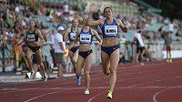 Česká běžkyně Zuzana Hejnová vítězí v závodu na 400 metrů překážek na Memoriálu Josefa Odložila.