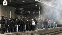 Fanošky pražské Sparty doprovodily z nádraží na stadión policejní jednotky.