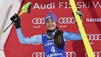 Česká slalomářka Šárka Strachová na stříbrném stupínku po večerním závodu SP ve Flachau.