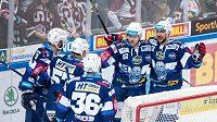 Hokejisté Brna oslavují gól během utkání čtvrtfinále Generali play off na ledě Sparty. Kometa vyhrála 3:2.