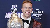 Kanadský útočník Taylor Hall z New Jersey převzal na slavnostním vyhlášení cen v Las Vegas Hart Trophy pro nejužitečnějšího hráče NHL.