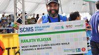 Ranjith Vijayan uběhl maratón a 200krát složil Rubikovu kostku.