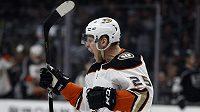 Ondřej Kaše z Anaheimu se raduje ze svého v pořadí už druhého gólu v zápase na ledě Los Angeles.