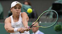Australská tenistka Ashleigh Bartyová v akci v semifinále Wimbledonu.