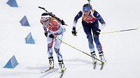 Česká biatlonistka Veronika Vítková (vlevo) a Američanka Susan Dunkleeová v závodu smíšených štafet na olympiádě v Soči.