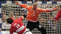 Igor Vori z Hamburku (vpředu) překonává brankáře Kielu Thierryho Omeyera v semifinále házenkářské Ligy mistrů.