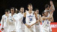 Jan Veselý (uprostřed) se svými spoluhráči z české basketbalové reprezentace slaví výhru nad Uruguayí