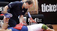 Andy Murray se nechává ošetřovat v Římě v utkání proti Marcelu Granollersovi.