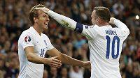 Angličtí fotbalisté Harry Kane a Wayne Rooney se radují z gólu v kvalifikaci proti Švýcarsku.