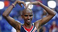 Britský vytrvalec Mo Farah slaví na MS v Moskvě svým typickým gestem triumf v závodu na 10 kilometrů.