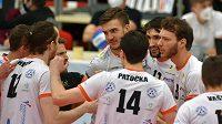 Hráči Karlovarska se radují z vítězství nad Českými Budějovicemi.