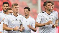 Fotbalisté Německa Toni Kroos (vlevo) a Thomas Müller na tréninku před utkáním kvalifikace MS 2018 s Českou republikou.