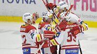 Hokejisté Slavie se radují z gólu proti Mladé Boleslavi.