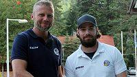 Obránce Peter Trška (vpravo) přijel podepsat novou smlouvu s vítkovickým manažerem Jakubem Petrem.
