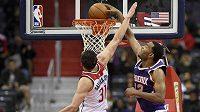 TJ Warren z týmu Phoenix Suns dává koš přes bránícího Tomáše Satoranského z Washingtonu Wizards v utkání NBA (ilustrační foto)