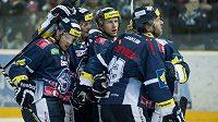 Hokejisté Liberce se radují z gólu proti Chomutovu.