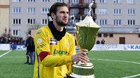 Kapitán Zlína Tomáš Poznar s pohárem pro vítěze Tipsport ligy.