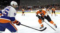 Jakub Voráček (93) z Philadelphie a Johnny Boychuk (55) z NY Islanders.