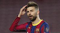 Rozčarovaná opora Barcelony Gerard Pique během úvodního osmifinále Ligy mistrů proti PSG.