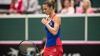 Karolína Plíšková během utkání s Garbine Muguruzovou se Španělska v 1. kole Fed Cupu. Česká tenistka vyhrála 2:0 na sety.