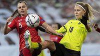 Švýcarská fotbalistka Noelle Maritzová (vlevo) a česká hráčka Kamila Dubcová během utkání play off o postup na EURO.