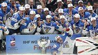 Novopečení finští hokejoví mistři světa se zlatými medailemi a pohárem.