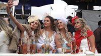 Fanynky dostihů si užívaly na závodišti v Aintree, kde se běžela Velká národní. Kromě dostihů si dopřávaly i alkoholu.