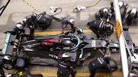 Monopost Mercedes řízený Lewisem Hamiltonem na zastávce v boxech během Velké ceny Španělska F1.