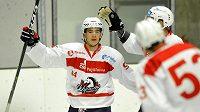 Jordan Perret z Pardubic se raduje z gólu proti Slovanu.