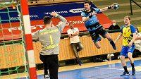 Jan Chmelík (uprostřed) při úvodním duelu Talentu Plzně s Kopřivnicí ve čtvrtfinále play off.