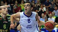 Basketbalista Tomáš Satoranský (č. 8) v dresu české reprezentace.
