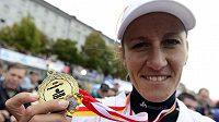 Skifařka Knapková se chlubí s medailí za vítězství v ženském skifu v Primátorkách.