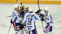 Hokejisté Komety Brno se radují z branky.