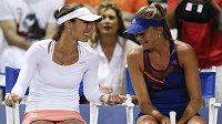 Švýcarská tenistka Martina Hingisová (vlevo) se Slovenkou Danielou Hantuchovou na turnaji v Carlsbadu.