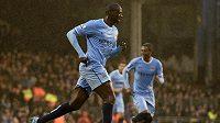 Záložník Manchesteru City Yaya Touré (vpředu).