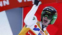 Slovinec Peter Prevc jásá po vítězství ve třetí části Turné v Innsbrucku.