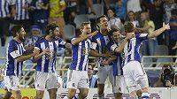 Fotbalisté San Sebastiánu slaví gól proti Realu Madrid.